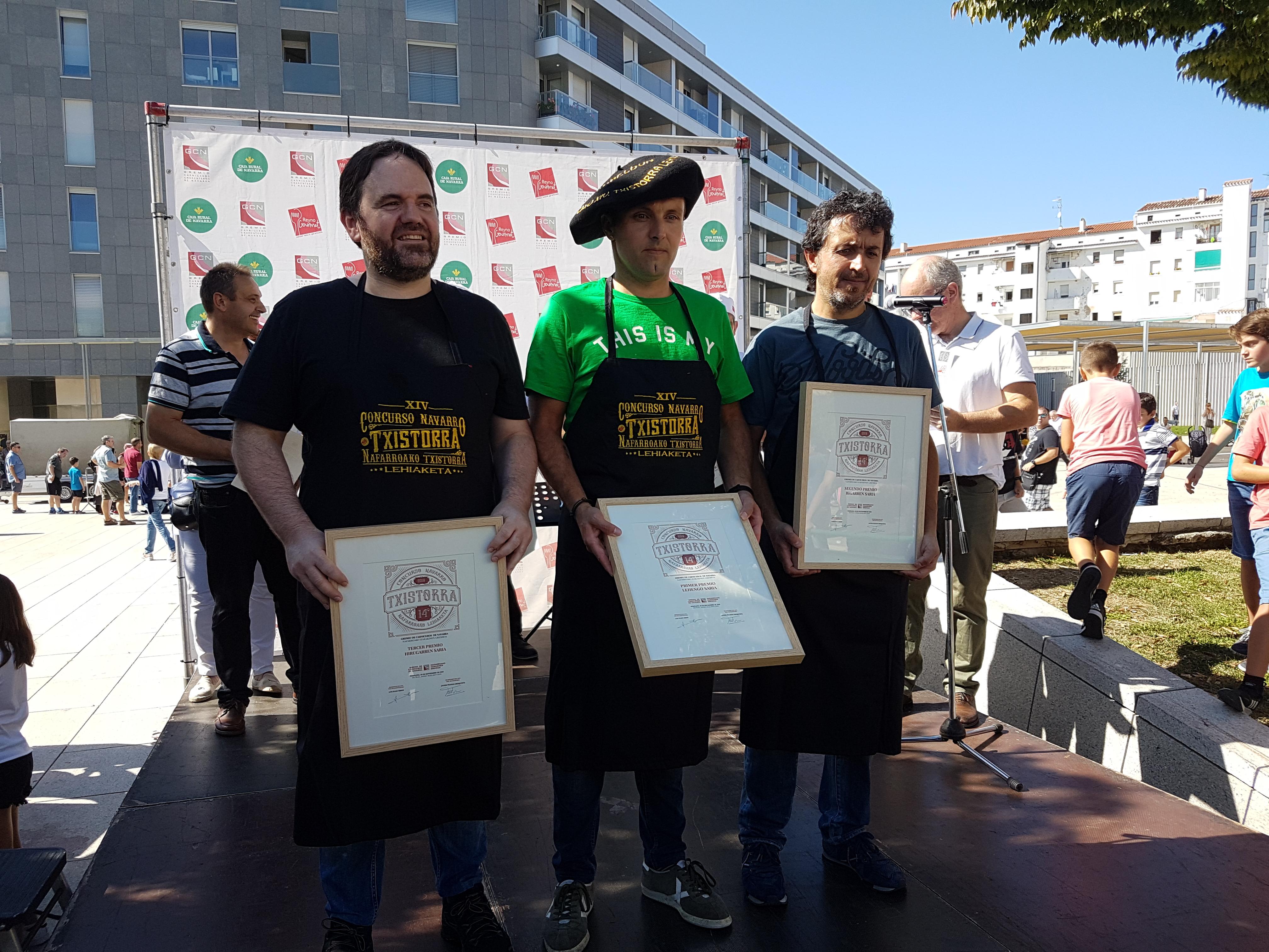 Los tres concursantes premiados, en el centro el ganador